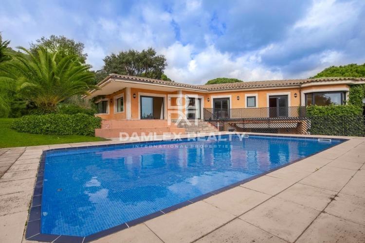Villa élégante dans l`urbanisation Golf Santa Cristina