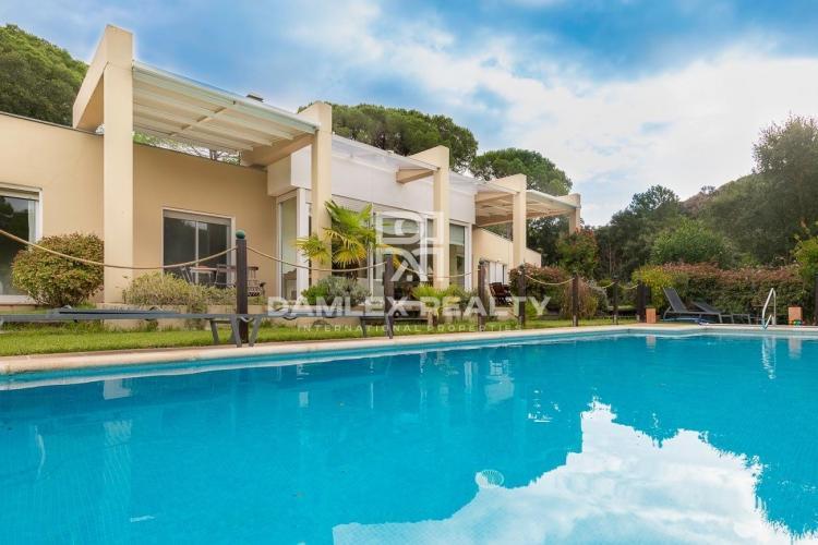 Villa moderne dans l`urbanisation Golf Santa Cristina d`Aro