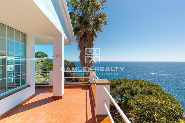 Villa exclusive sur la première ligne de la mer dans l`urbanisation MontGoda