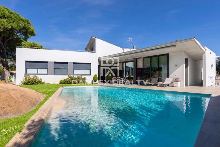 Villa moderne avec vue mer panoramique dans la prestigieuse urbanisation Les Bateries