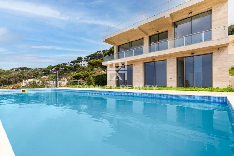 Nouvelle villa moderne avec vue panoramique sur la mer à Lloret de Mar