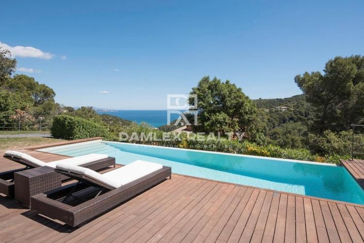 Villa avec vue extraordinaire sur la mer, située dans une urbanisation très calme