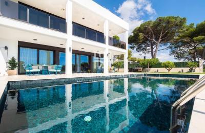 Nouvelle villa moderne avec vue sur la mer et à distance de marche de la plage