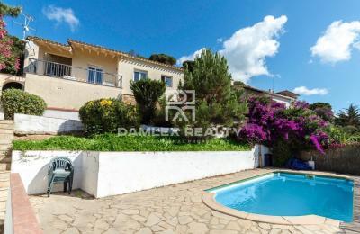 Belle villa avec piscine et vue mer, dans l`urbanisation de Serra Brava