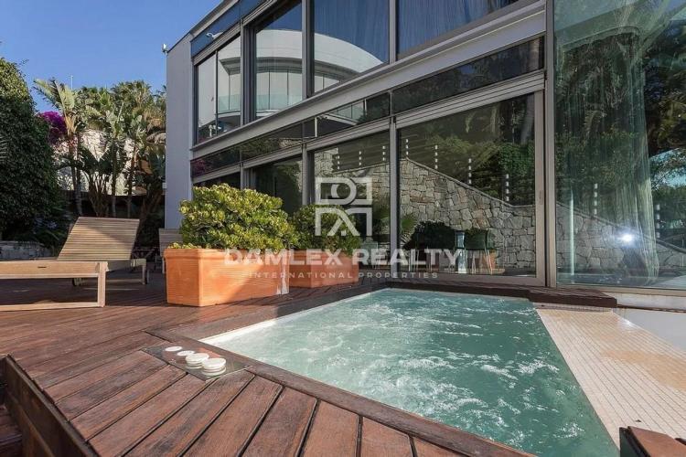 Villa moderne avec vue panoramique sur la mer dans l`urbanisation de luxe de Sitges