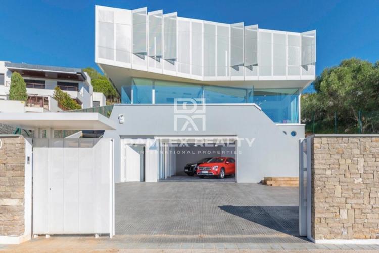 Villa de luxe au design avant-gardiste et vues sur la mer