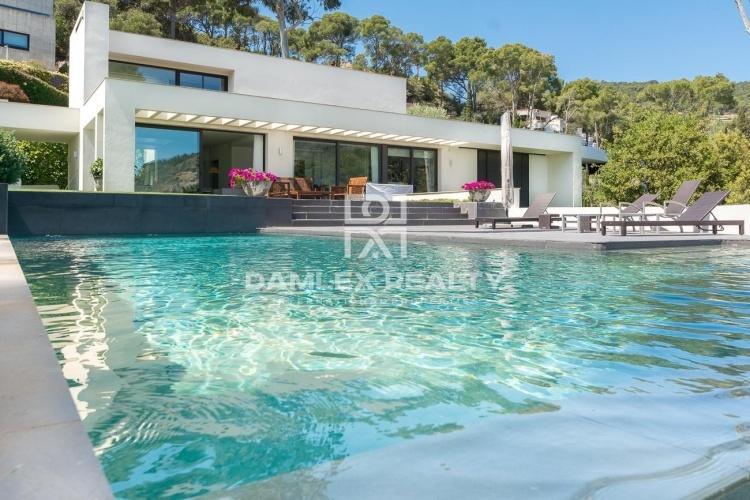 Villa de style moderne en première ligne de mer